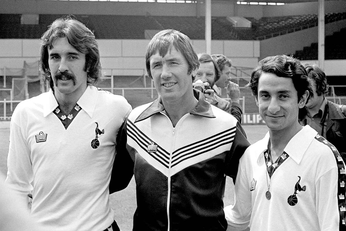 Tottenham Hotspur manager Keith Burkinshaw (c) with the club's two new signings from Argentina, Ricardo Villa (l) and Osvaldo Ardiles (r)