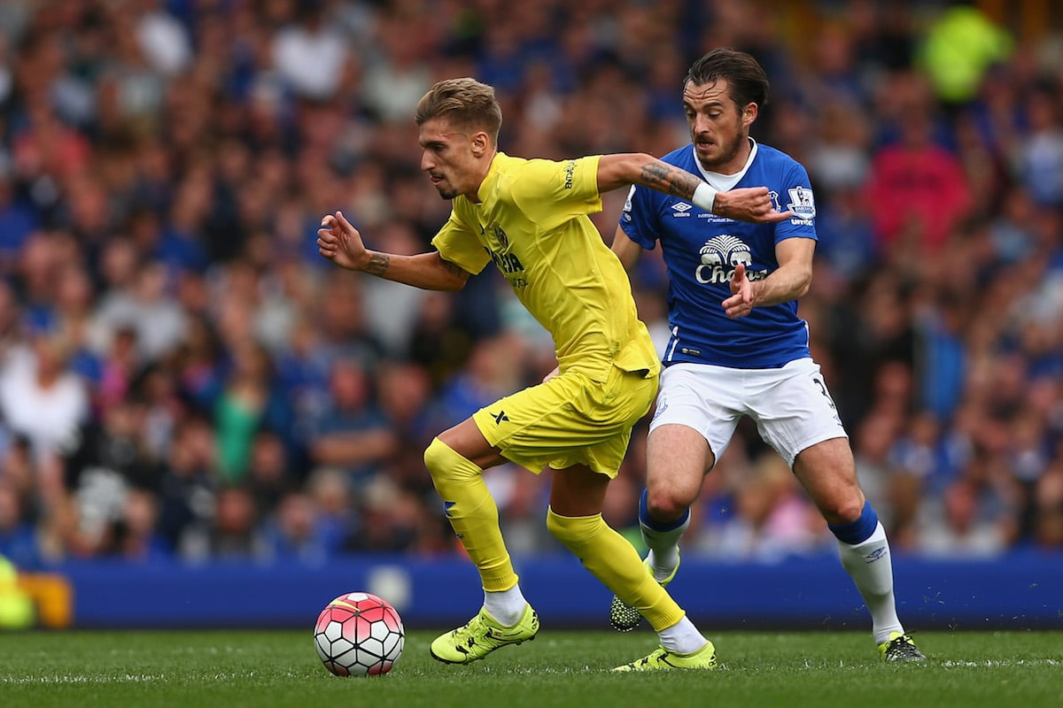 Samu Castillejo of Villarreal in action with Leighton Baines of Everton