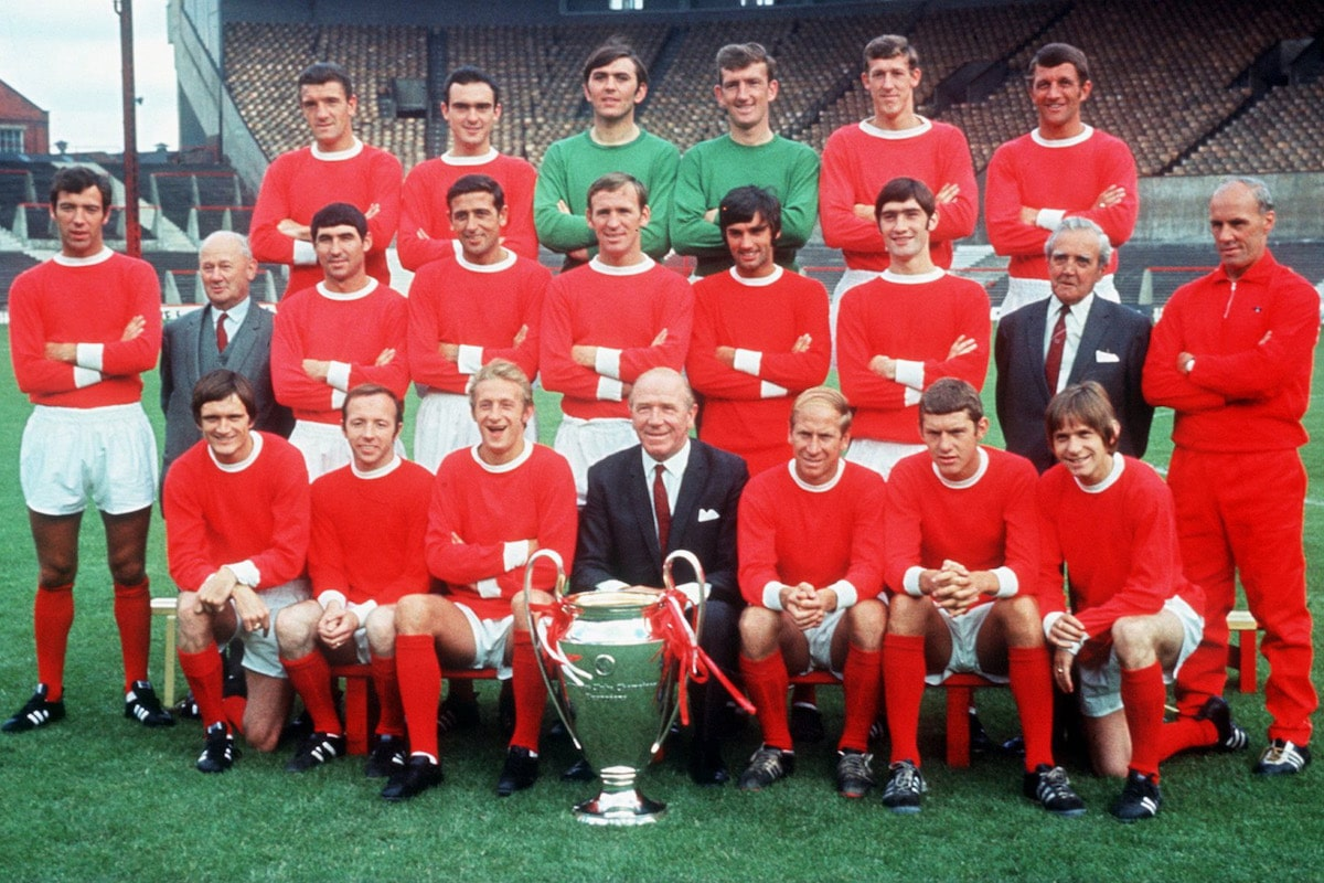 MANCHESTER UNITED SOCCER TEAM LINE UP WITH THE EUROPEAN CUP